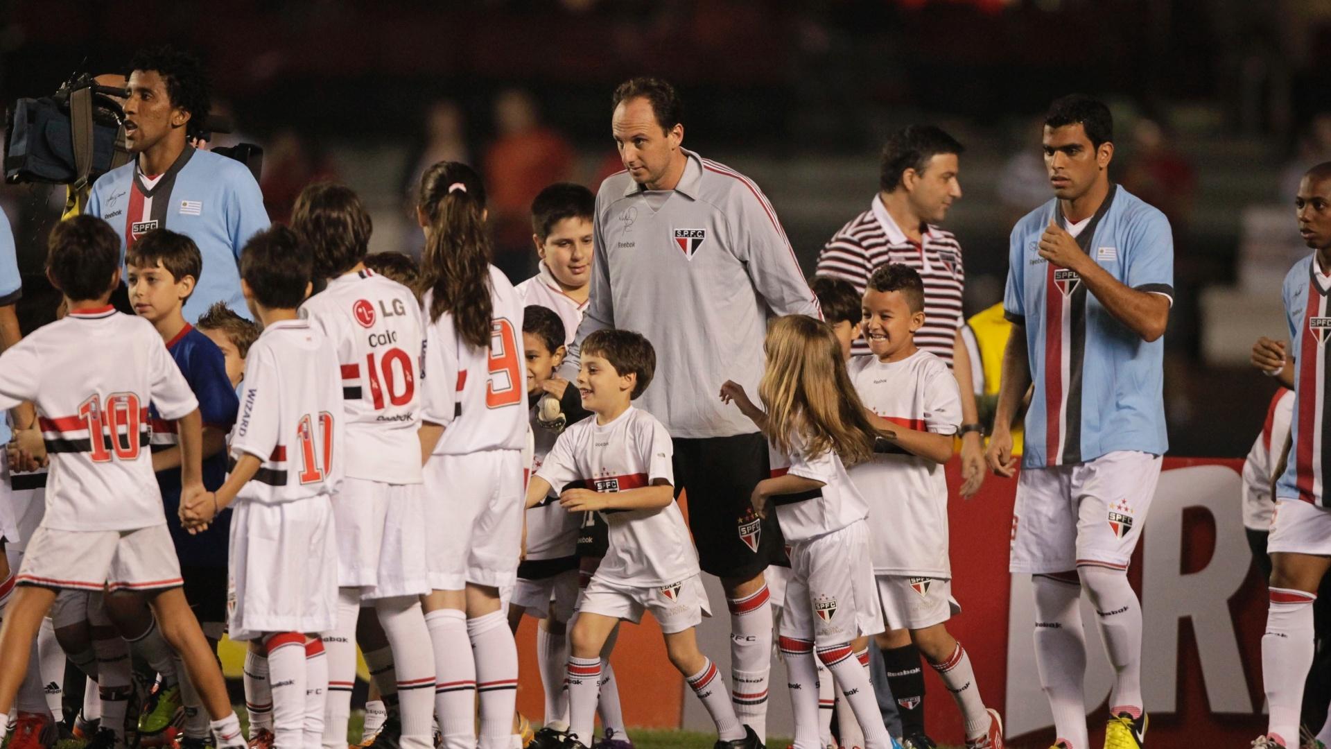 Jogadores do São Paulo entram em campo no Morumbi para partida contra a Portuguesa pela 25ª rodada do Brasileiro