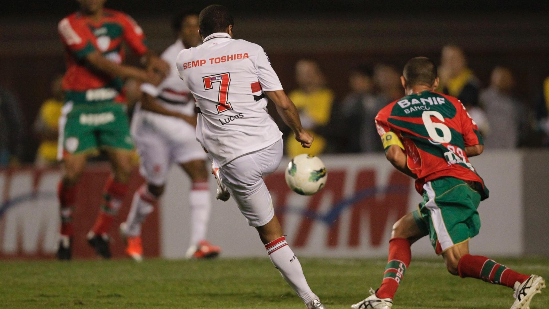 Lucas finaliza para marcar o segundo gol do São Paulo, após desvio de Cortez, na partida contra a Portuguesa no Morumbi