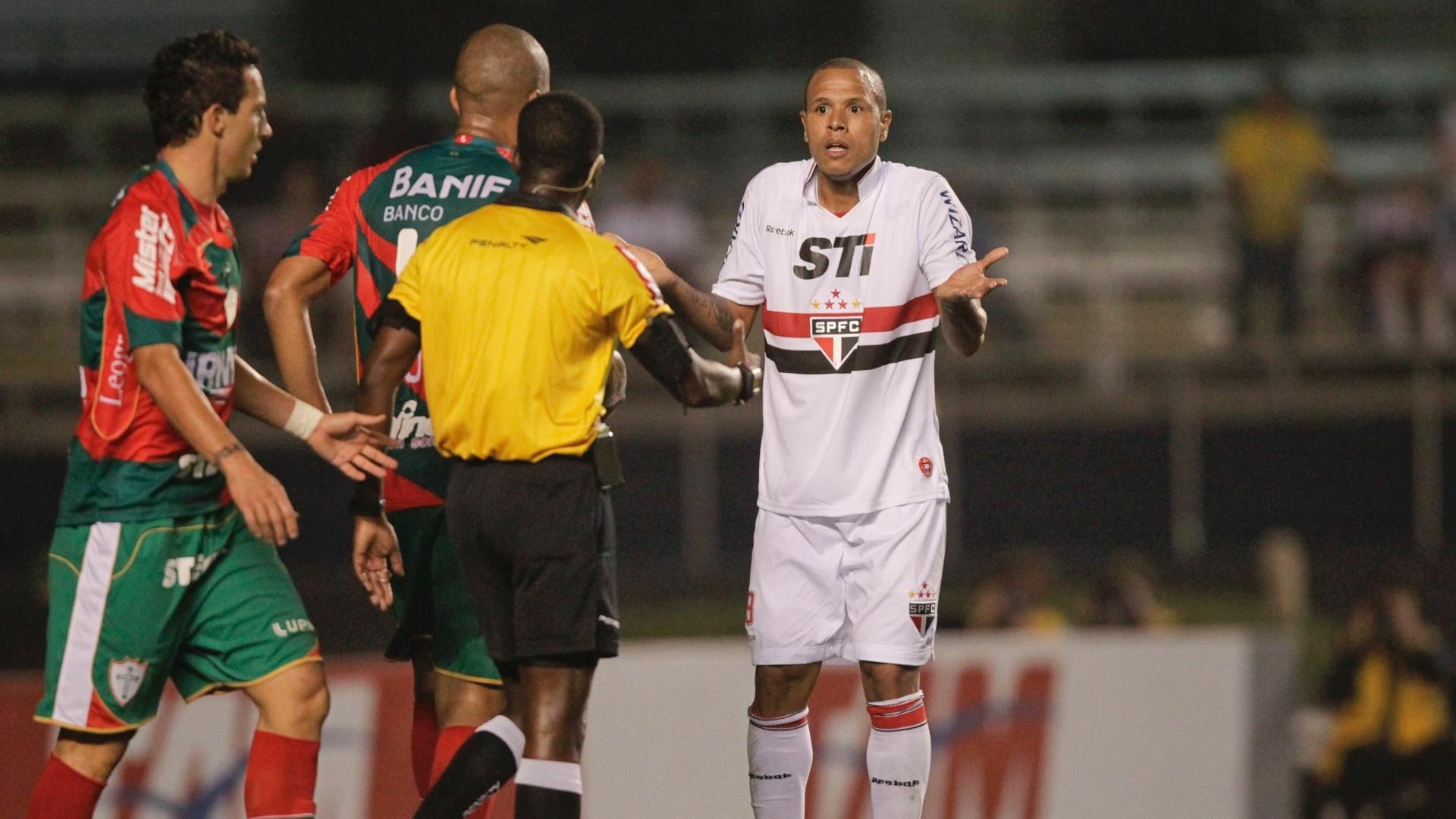 Luis Fabiano reclama de maração do juiz Paulo César Oliveira durante partida contra a Portuguesa no Morumbi
