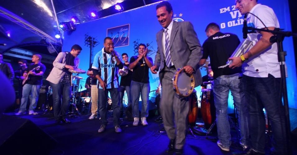 Luxa mostra habilidade no samba em aniversário do Grêmio