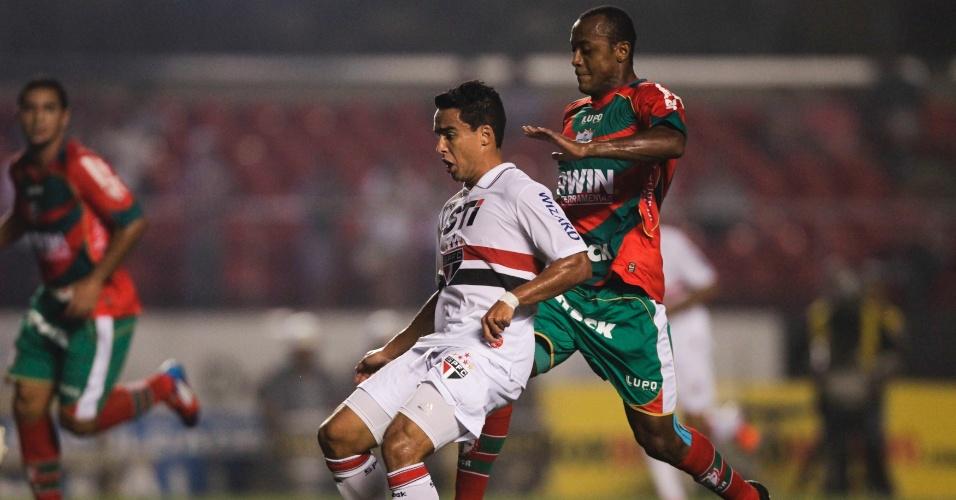 Marcado, Jadson tenta domínio de bola na partida contra a Portuguesa no Morumbi