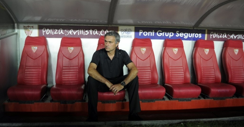 Mourinho, técnico do Real Madrid, acompanha a partida do seu time contra o Sevilla