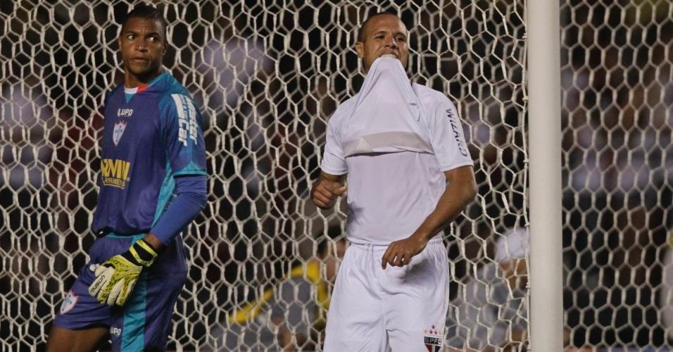 Observado por Dida, Luis Fabiano lamenta chance perdida par ao São Paulo durante partida contra a Portuguesa no Morumbi