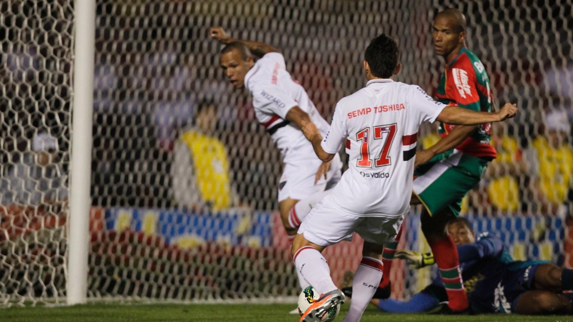 Osvaldo chuta para amrcar primeiro gol do São Paulo no jogo contra a Portuguesa no Morumbi