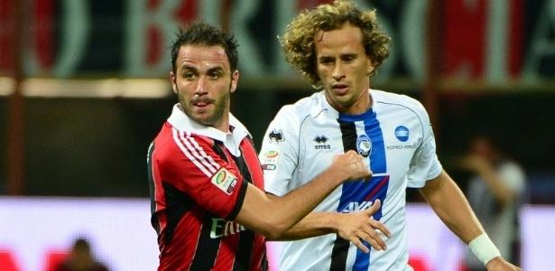 Pazzini, do Milan, briga pela bola com Thomas Manfredini, do Atalanta, pela terceira rodada do Campeonato Italiano