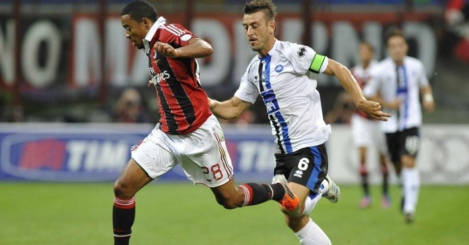 Emanuelson carrega a bola na partida do Campeonato Italiano entre Milan e Atalanta