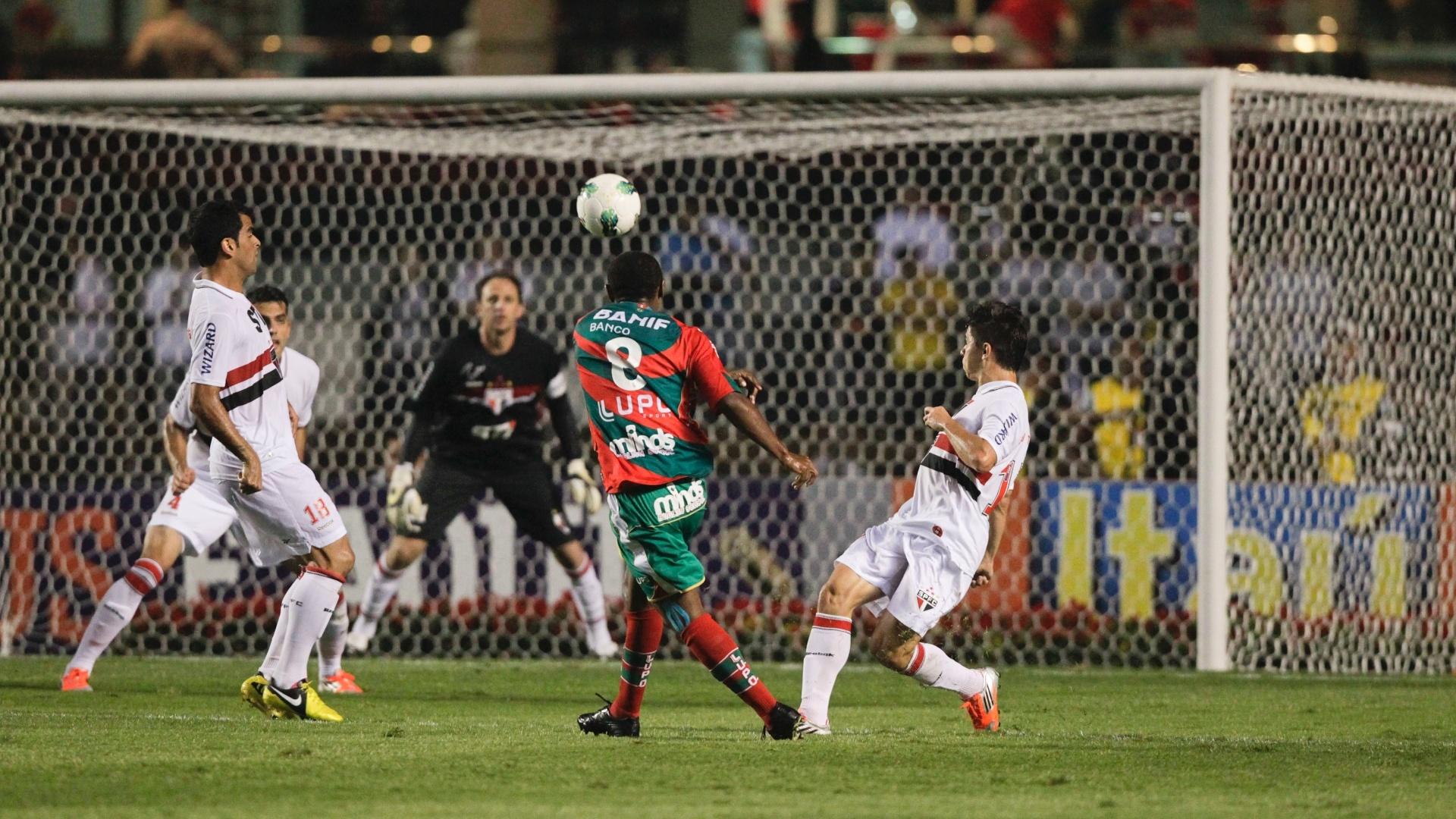 Sob olhares da zaga são-paulina, Léo Silva cabeceia contra o gol de Rogério Ceni no Morumbi