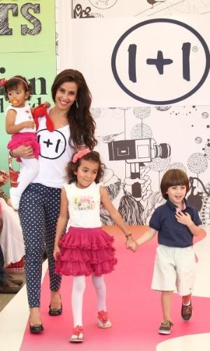Tania Khalill desfila com os filhos na Fashion Weekend Kids, em São Paulo (15/9/12)