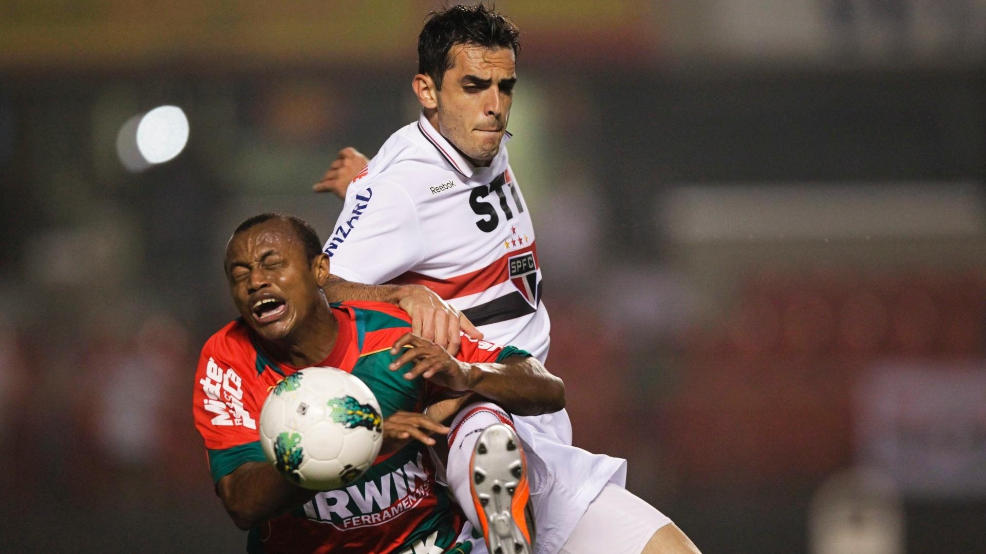 Zagueiro Rhodolfo, do São Paulo, divide bola com Léo Silva, da Portuguesa, durante partida válida pela 25ª rodada do Brasileiro, no Morumbi