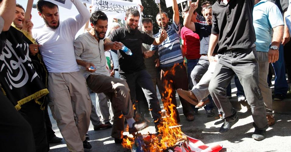 16.set.2012 - Afegãos colocam fogo em uma bandeira norte-americana em uma manifestação em Cabul. Centenas de afegãos protestaram contra o filme de produção americana que insulta o profeta Maomé