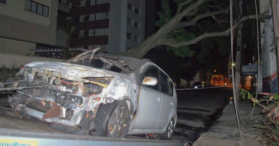16.set.2012 - Árvore de grande porte cai  e atinge fios de energia que causam fogo em veiculo estacionado na rua Araguari, em Moema, na zona sul de São Paulo. Não houve feridos