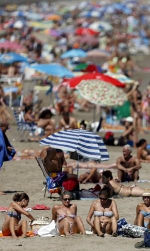 16.set.2012 - Banhistas desfrutam de domingo ensolarado na praia Malvarrosa, em Valência (Espanha)