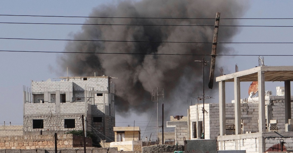 16.set.2012 - Cidade de Saraqib, na Síria, é bombardeada por um ataque aéreo feito por caças Mig