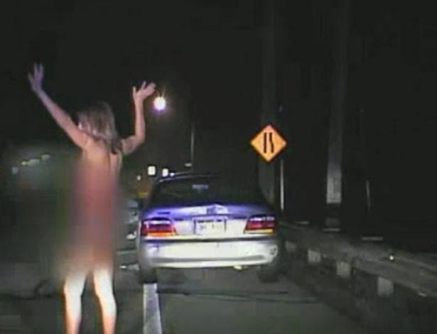 16.set.2012 - Erin Holwdsworth, 29, foi detida e multada por dirigir nua e bêbada na região de Geauga, Estado americano de Ohio. Enfurecida e alcoolizada, a jovem ainda tentou destruir o carro de polícia