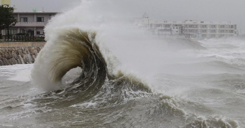 16.set.2012 - Grandes ondas se chocam contra o porto da cidade de Nanjo, em Okinawa, no Japão, por causa do tufão tropical Sanba que se dirige em direção à peninsula da Coreia