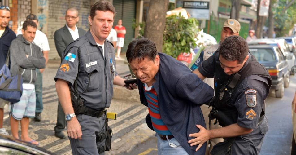 16.set.2012 - Homem é preso após tentativa de roubo no hotel Royal Copacabana, no Rio de Janeiro. Ele foi seguido pelos funcionários ao tentar escapar do local. A polícia foi chamada e o suspeito foi levado para o 12ª DP