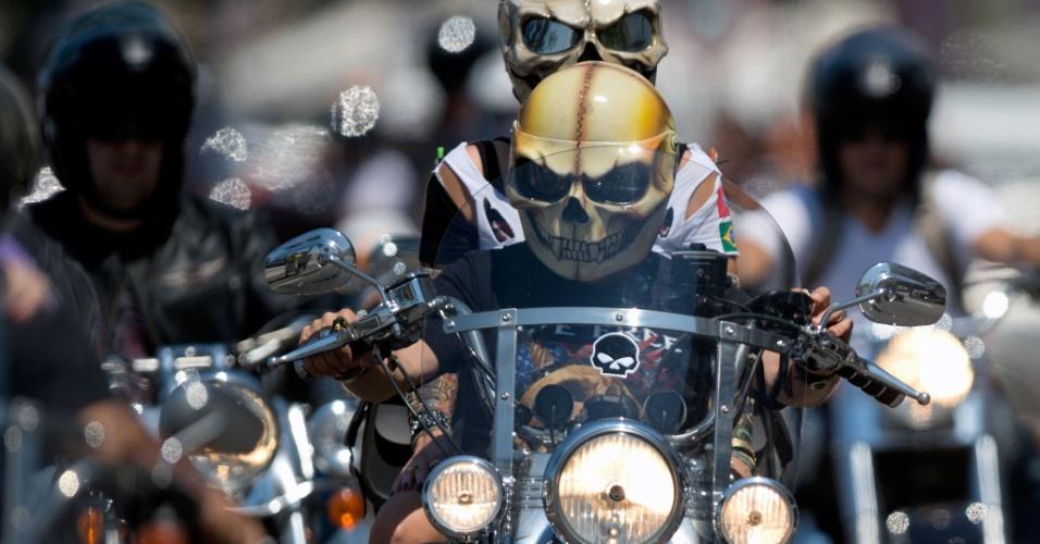 16.set.2012 - Motoqueiros com capacete de caveira participam da 2ª edição do festival de motocicletas Rio Harley Days, só com motos Harley Davidson, no Rio de Janeiro, neste domingo (16)