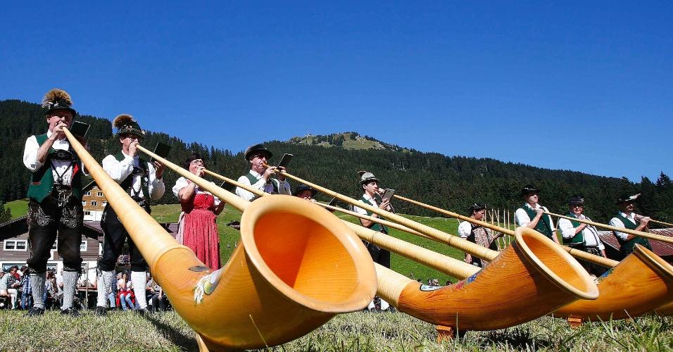 16.set.2012 - Músicos tocam ''cornetas gigantes'' no Festival Alphorn, na vila de Baad, na Áustria. O festival acontece todos os anos. O alphorn é um instrumento tradicional dos Alpes suíços