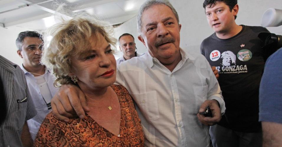 16.set.2012 - O ex-presidente Luiz Inácio Lula da Silva e a mulher Marisa Leticia chegam para participar de um almoço no Centro de Tradições Nordestinas (CTN), na zona norte de São Paulo, para um encontro com governadores, neste domingo (15)