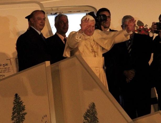 16.set.2012 - O papa Bento 16 se despede dos fiéis no Aeroporto Internacional de Beirute. Antes de retornar ao Vaticano, o pontífice  pediu, neste domingo,  pela paz e pelo
