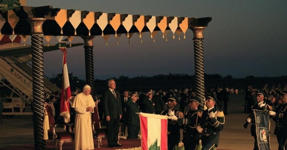 16.set.2012 - O presidente do Líbano, Michel Sleiman (dir.), se despede do papa Bento 16 no Aeroporto Internacional de Beirute. Antes de retornar ao Vaticano, o pontífice  pediu, neste domingo,  pela paz e pelo