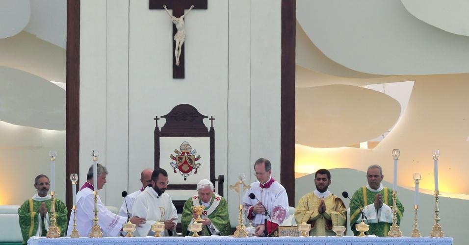 16.set.2012 - Papa Bento 16 celebra uma missa ao ar-livre em Beirute, no Líbano, no último dia de sua visita ao país