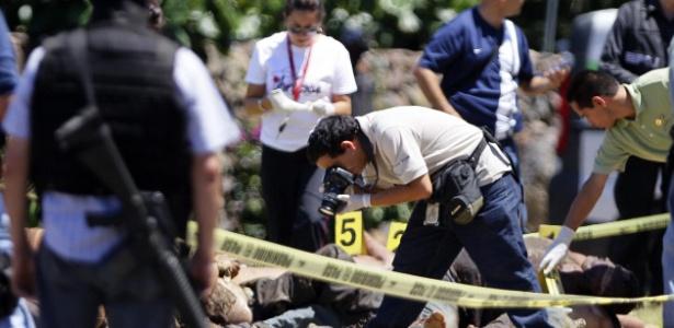 Peritos investigam o local onde 17 corpos foram encontrados em 2012 numa estrada do Estado de Jalisco, no México