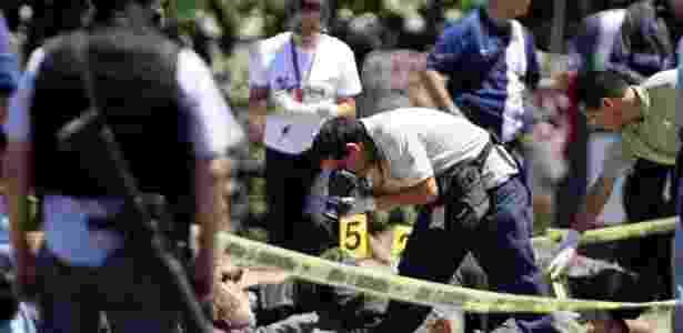 Peritos investigam o local onde 17 corpos foram encontrados em 2012 numa estrada do Estado de Jalisco, no México - Ulises Ruiz Basurto/Efe