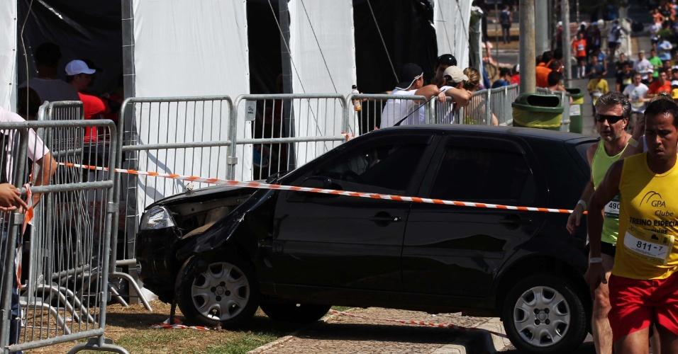 16.set.2012 - Um carro furou o bloqueio da Companhia de Engenharia de Tráfego (CET) reservado para participantes de uma corrida de rua e atropelou pelo menos cinco pessoas, perto do parque do Ibirapuera, na zona sul de São Paulo. Pelo menos duas vítimas se ficaram gravemente feridas