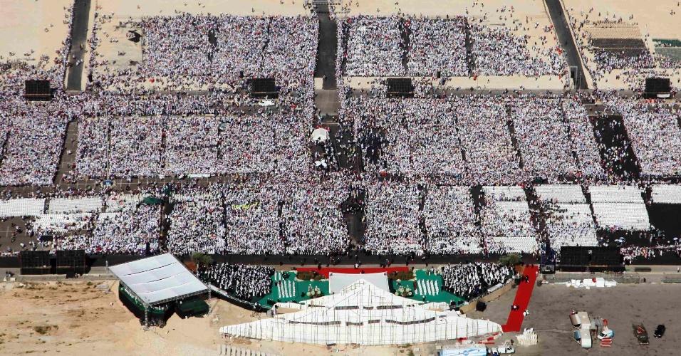 16.set.2012 - Vista aérea do local onde o papa Bento 16 celebrou uma missa em Beirute, no Líbano. Cerca de 350 mil fiéis participaram da celebração. Bento 16 encerra neste domingo a visita ao país