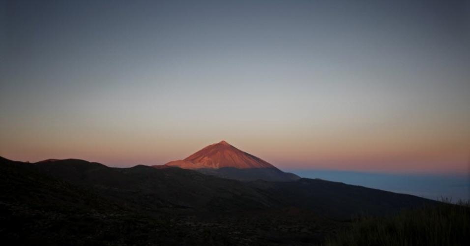 16.set.2012 - Vulcão Teide se destaca na paisagem de parque nacional nas ilhas  Canárias, na Espanha, neste domingo