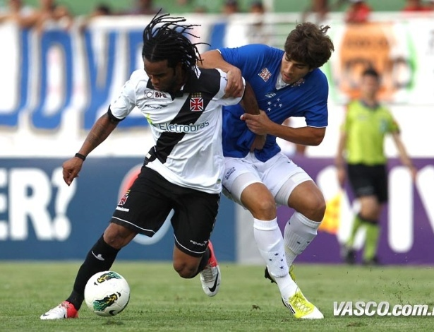 Carlos Alberto, do Vasco, encara marcação de jogador do Cruzeiro durante jogo pelo Brasileiro
