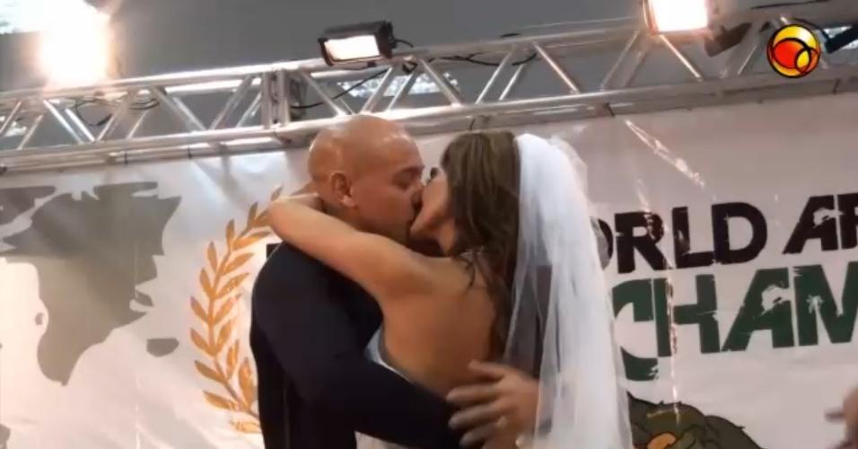 Casal de norte-americanos fez uma cerimônia para confirmar seus votos durante o Mundial de luta de braço, em São Vicente