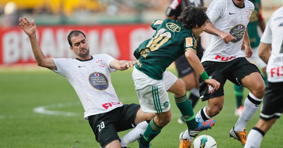 Danilo faz falta em Valdívia em dividida de bola durante o clássico no Pacembu
