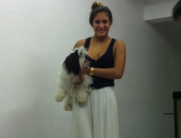 Eduarda Mello é fotografada durante momento de lazer em casa. A ginasta de 17 anos morreu em um acidente de carro no dia 16/09/2012