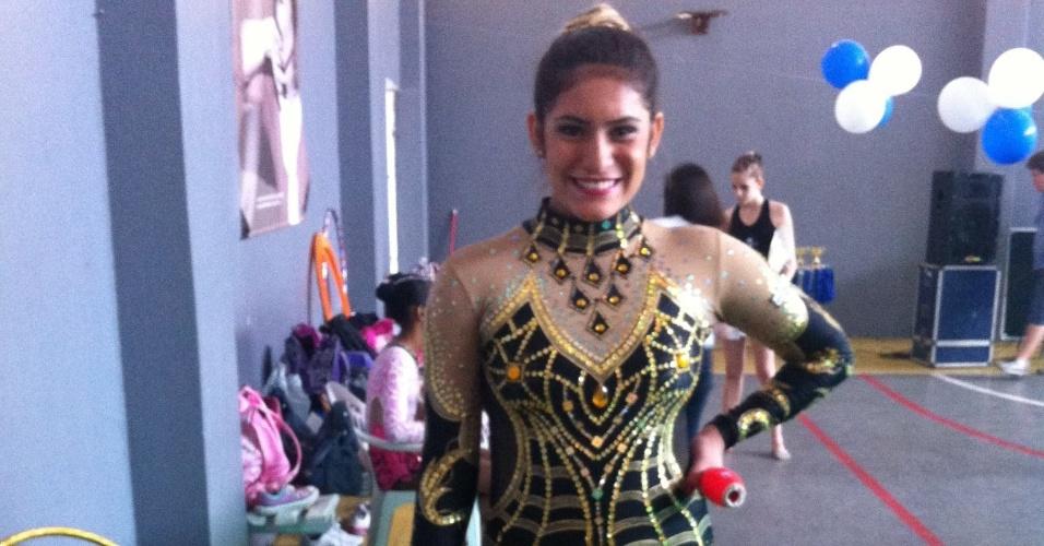 Eduarda Mello, ginasta de 17 anos, posa durante competição de ginástica rítmica. Ela morreu em um acidente de carro no dia 16/09/2012