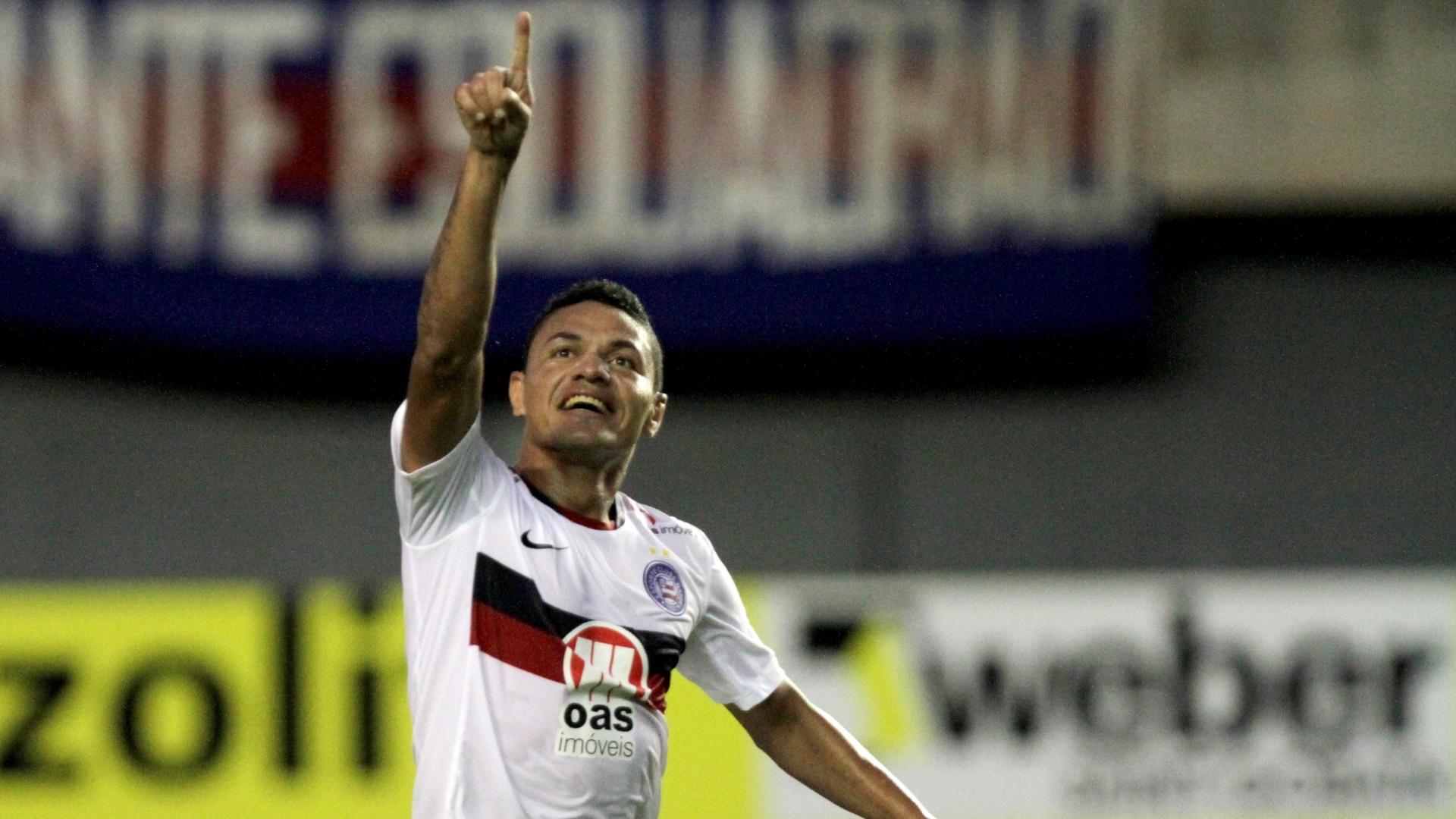 Helder, do Bahia, comemora seu gol na vitória sobre o Figueirense no Pituaçu