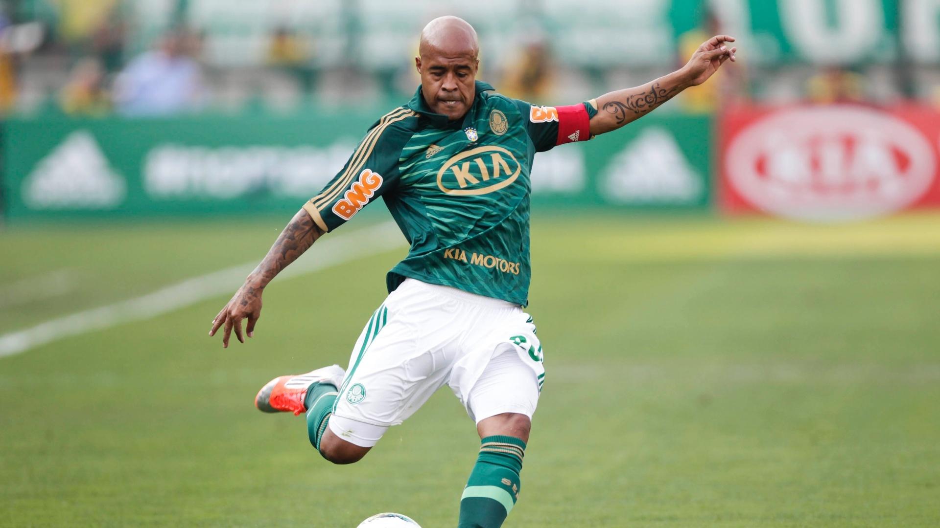 Marcos Assunção cobra falta durante clássico contra o Corinthians no Pacaembu