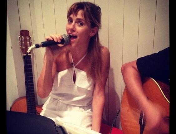 O promoter David Brazil publicou uma foto de Carolina Dieckmann cantando em comemoração ao seu aniversário de 34 anos (16/9/12)
