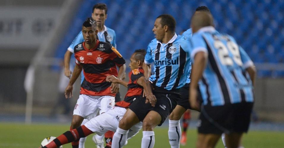 Observado por Gilberto Silva e Léo Moura, Liédson protege a bola durante partida contra o Grêmio no Engenhão