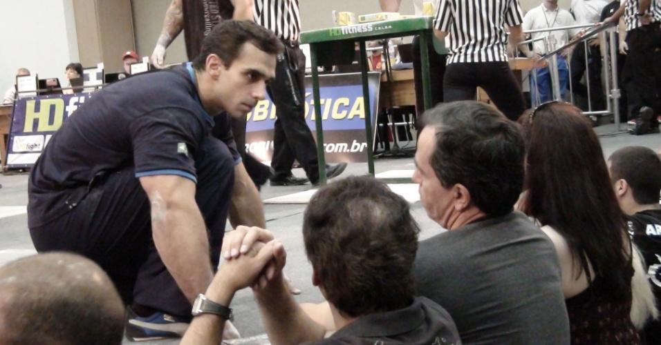 Vitor Pareja pega instruções com o tio, Roberto, durante Mundial de luta de braço em São Vicente