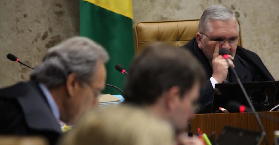 """17.set.12 - O procurador-geral da República, Roberto Gurgel (ao fundo), participa de sessão do julgamento do mensalão no Supremo Tribunal Federal (STF).  Os ministros do STF começaram a julgar o chamado """"núcleo político"""" do mensalão."""