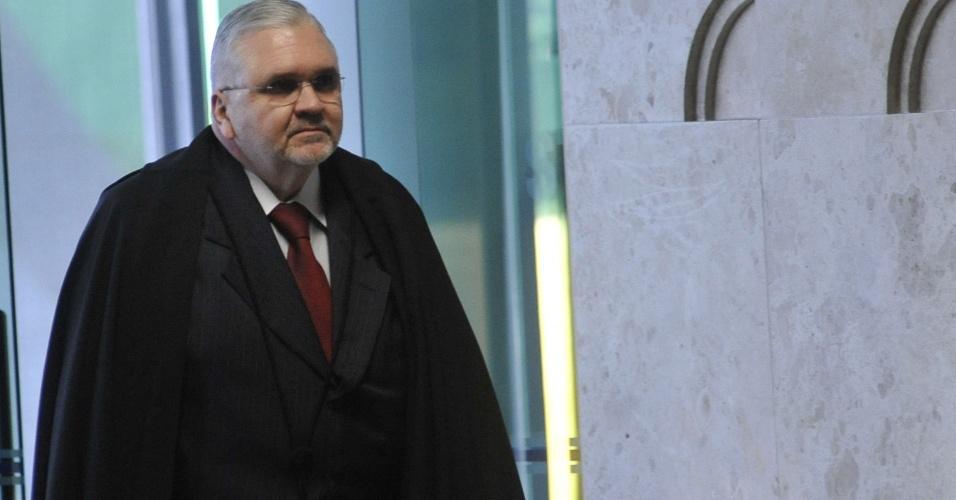17.set.12 - O procurador-geral da República, Roberto Gurgel, chega para sessão do julgamento do mensalão no Supremo Tribunal Federal (STF)