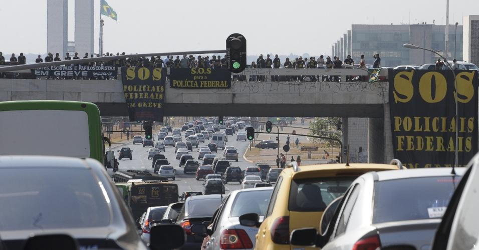 17.set.2012 - Agentes da Polícia Federal realizaram um protesto para reivindicar reajuste salarial próximo à rodoviária de Brasília, no Distrito Federal