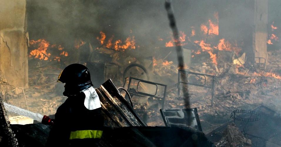 17.set.2012 - Bombeiro combate fogo na favela do Moinho, em São Paulo, na manhã desta segunda-feira (17). O incêndio que atingiu o local foi controlado às 8h30, e uma pessoa morreu