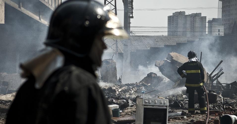 17.set.2012 - Bombeiro observa estragos do incêndio que atingiu a favela do Moinho, região central de São Paulo, na manhã desta segunda-feira (17). Ao menos uma pessoa morreu e cerca de 50 famílias ficaram desabrigadas. Segundo a polícia, o suspeito de iniciar o fogo na comunidade foi preso e é acusado de ter trancado o parceiro em um barraco em chamas após uma briga