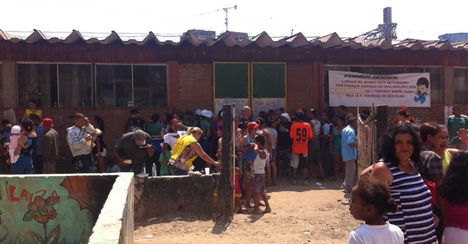 17.set.2012 - Moradores da favela do Moinho, em São Paulo, recebem senhas para retirar água e comida em uma creche próxima do local, atingido por um incêndio na manhã desta segunda-feira (17)