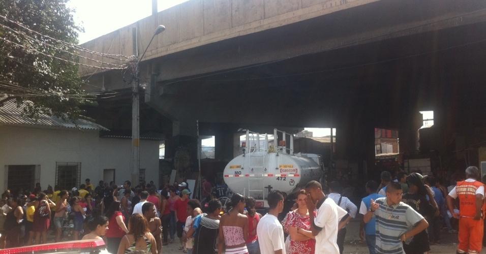 17.set.2012 - Movimentação de moradores da favela do Moinho, em São Paulo, após o incêndio na manhã desta segunda-feira (17). Os bombeiros confirmaram a morte de uma pessoa