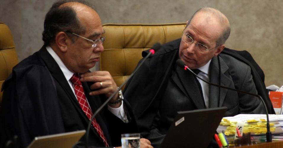17.set.2012 - Os ministros Gilmar Mendes e Celso de Mello, do Supremo Tribunal Federal (STF), conversam durante a retomada do julgamento do mensalão