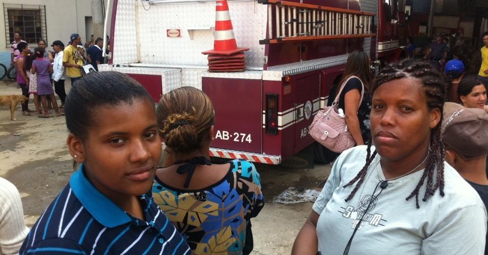 17.set.2012 - Rafaela Jesus Melo Vieira, 22, e Silvana Melo Vieira, 39, moradoras da favela do Moinho, em São Paulo. O incêndio no local na manhã desta segunda-feira (17) destruiu a casa das duas. ''Perdi geladeira, fogão, guarda-roupa... Perdi tudo'', disse Silvana